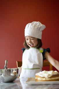 ケーキの前で笑っている女の子の写真素材 [FYI03459798]