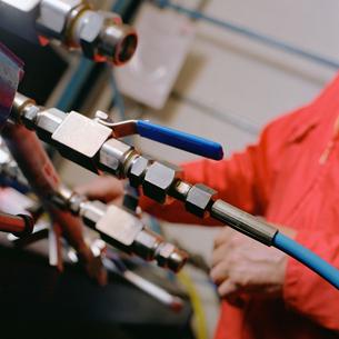 Engineer working on machineの写真素材 [FYI03459807]