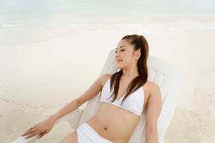 Woman in deckchair on beachの写真素材 [FYI03460016]
