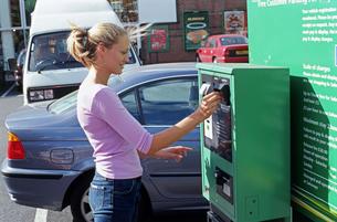 Girl buying parking ticketの写真素材 [FYI03460101]
