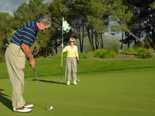 Couple playing golfの写真素材 [FYI03460193]