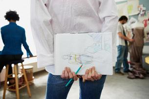 Fashion designer holding sketch bookの写真素材 [FYI03460243]
