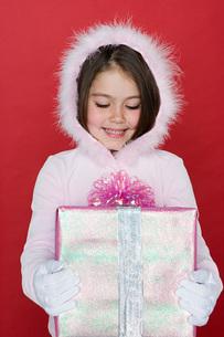 Girl holding presentの写真素材 [FYI03460272]