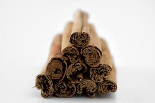 A pile of cinnamon sticksの写真素材 [FYI03460562]