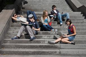High school students sitting on stepsの写真素材 [FYI03460765]