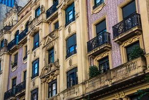 バスク地方ビルバオの建物と窓の写真素材 [FYI03460784]