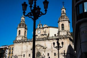サンニコラス教会と街灯:ビルバオの写真素材 [FYI03460841]