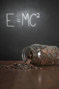 Jar and money in classroomの写真素材 [FYI03460889]