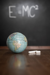 Globe and chalkの写真素材 [FYI03460903]