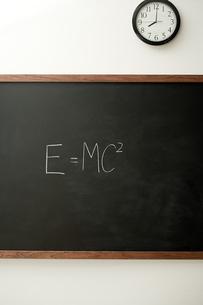 Blackboard and clockの写真素材 [FYI03460911]