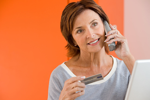 A woman telephone bankingの写真素材 [FYI03461529]