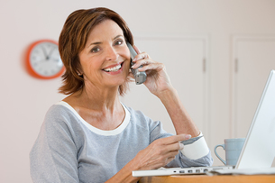 A woman telephone bankingの写真素材 [FYI03461553]