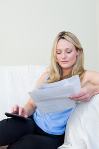 Woman doing home financesの写真素材 [FYI03461639]