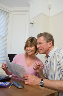 Couple doing home financesの写真素材 [FYI03461658]