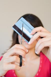 Woman cutting credit cardの写真素材 [FYI03461659]