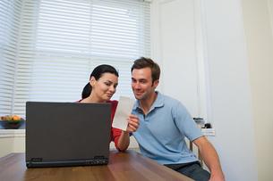 Couple doing home financesの写真素材 [FYI03461670]