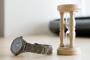 An hourglass and a watchの写真素材 [FYI03461764]