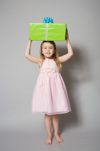 Girl holding a birthday giftの写真素材 [FYI03461951]
