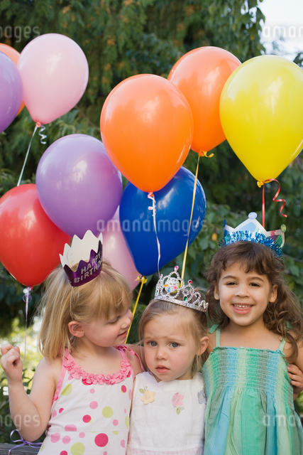 Girls at a birthday partyの写真素材 [FYI03461973]