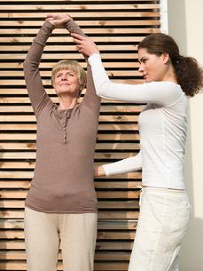 Senior woman stretchingの写真素材 [FYI03462093]