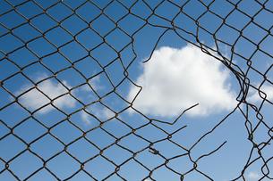 Cloud through a broken fenceの写真素材 [FYI03462578]