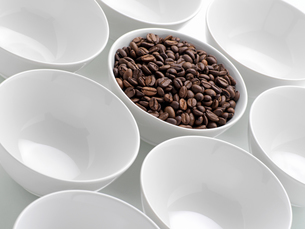 Coffee beans in a bowlの写真素材 [FYI03462717]