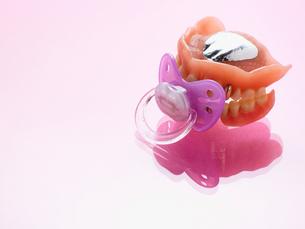 Dummy and denturesの写真素材 [FYI03462725]
