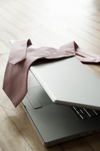 A tie on a laptopの写真素材 [FYI03462853]