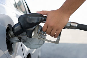 A person filling a petrol tankの写真素材 [FYI03463083]