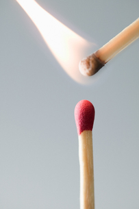 A burning and unlit matchの写真素材 [FYI03463092]