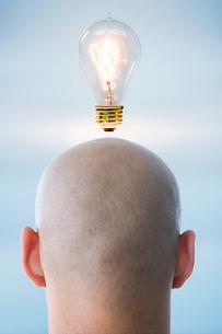 A person having an ideaの写真素材 [FYI03463133]