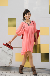 A woman holding shopping bagsの写真素材 [FYI03463210]