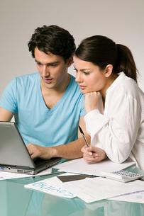 Couple arranging financesの写真素材 [FYI03463271]