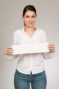 Woman holding blank signの写真素材 [FYI03463275]