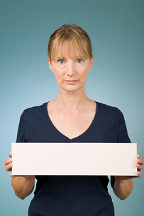 Woman holding a blank signの写真素材 [FYI03463286]