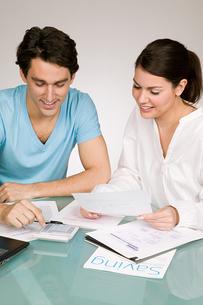 Couple arranging financesの写真素材 [FYI03463291]