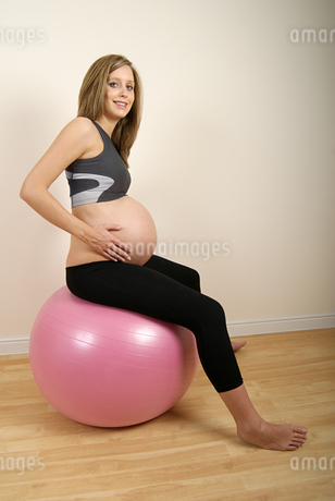 Pregnant woman on ballの写真素材 [FYI03463365]