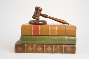 A gavel on top of booksの写真素材 [FYI03463420]