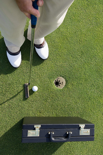 A person playing golfの写真素材 [FYI03463708]