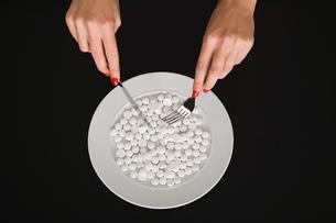 Eating pillsの写真素材 [FYI03463785]