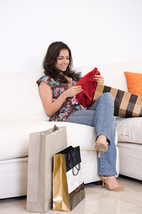 A woman looking at clothingの写真素材 [FYI03463887]