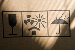 Information sign on a cardboard boxの写真素材 [FYI03463984]