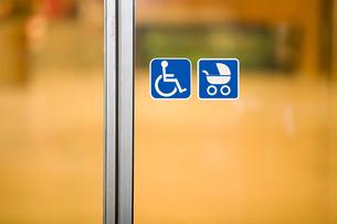Signs on a doorの写真素材 [FYI03464008]