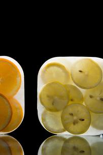 Frozen oranges and lemonsの写真素材 [FYI03464217]