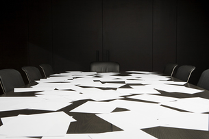 Blank paper covering conference tableの写真素材 [FYI03464330]
