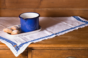 Jug of milk and biscuits on a dresserの写真素材 [FYI03464372]