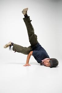 Young man breakdancingの写真素材 [FYI03464529]