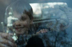 Boy with trophy through windowの写真素材 [FYI03464587]