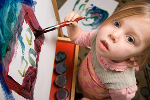 Young girl paintingの写真素材 [FYI03464590]