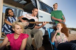 Friends and a camper vanの写真素材 [FYI03464615]